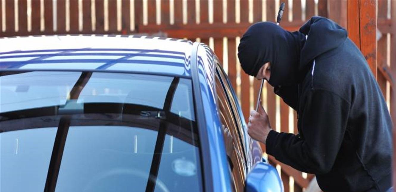 في وضح النهار.. مجهولان يسرقان بطارية سيارة في الطيونة (فيديو)