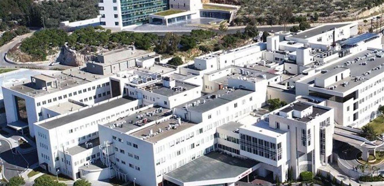 جنون إصابات كورونا.. صورة صادمة أمام مستشفى المعونات