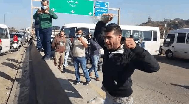 وقفة احتجاجية للسائقين العموميين شمالاً.. وأحدهم حاول حرق نفسه! (فيديو)