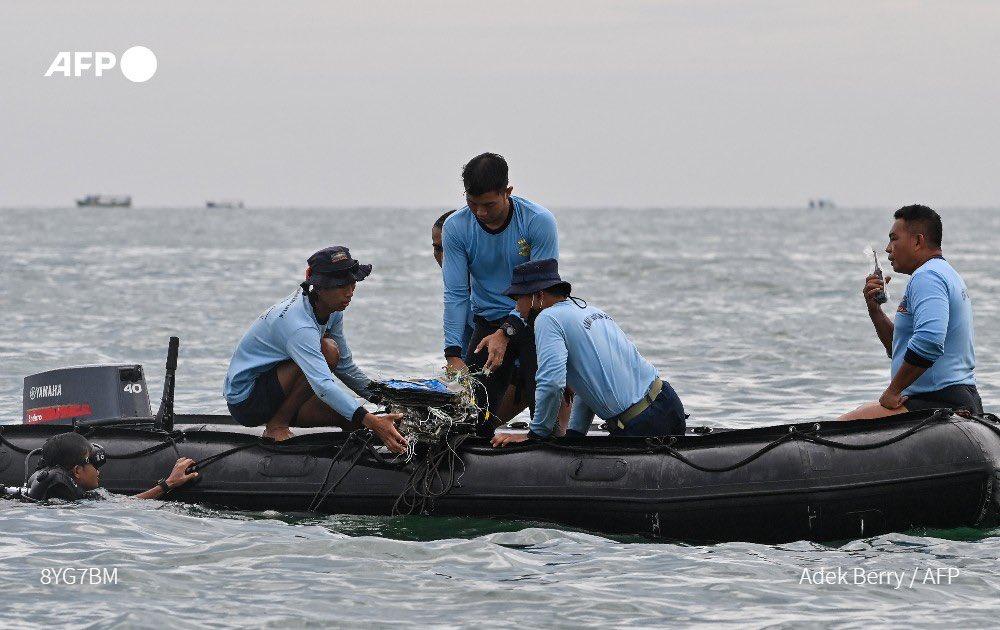 بالصور: العثور على اشلاء جثث وحقائب ركاب الطائرة الاندونيسية