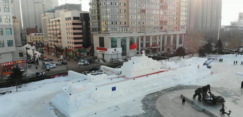 بناء حاملة طائرات من الثلج في الصين! (فيديو)