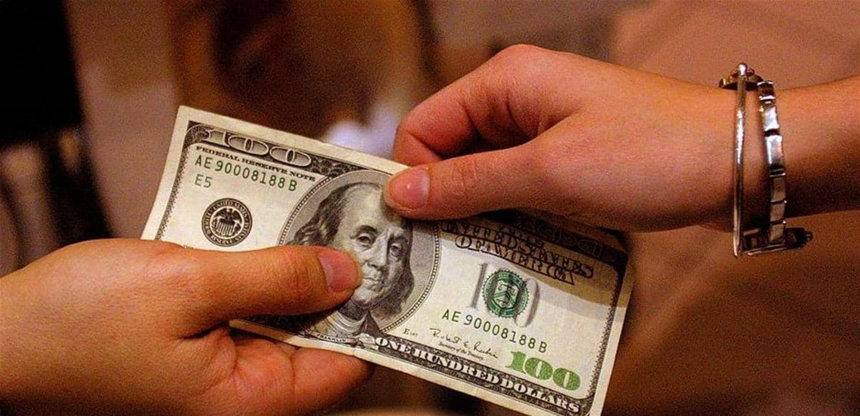 العملة الأميركية تحتفظ بمكاسب الأيام الأربعة
