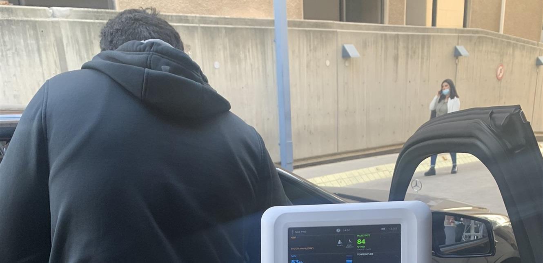 طبيب يعالج مريضاً في السيارة: 'في ناس بلا مخ والقوى الامنية تركز على المفرد والمجوز' (صورة)