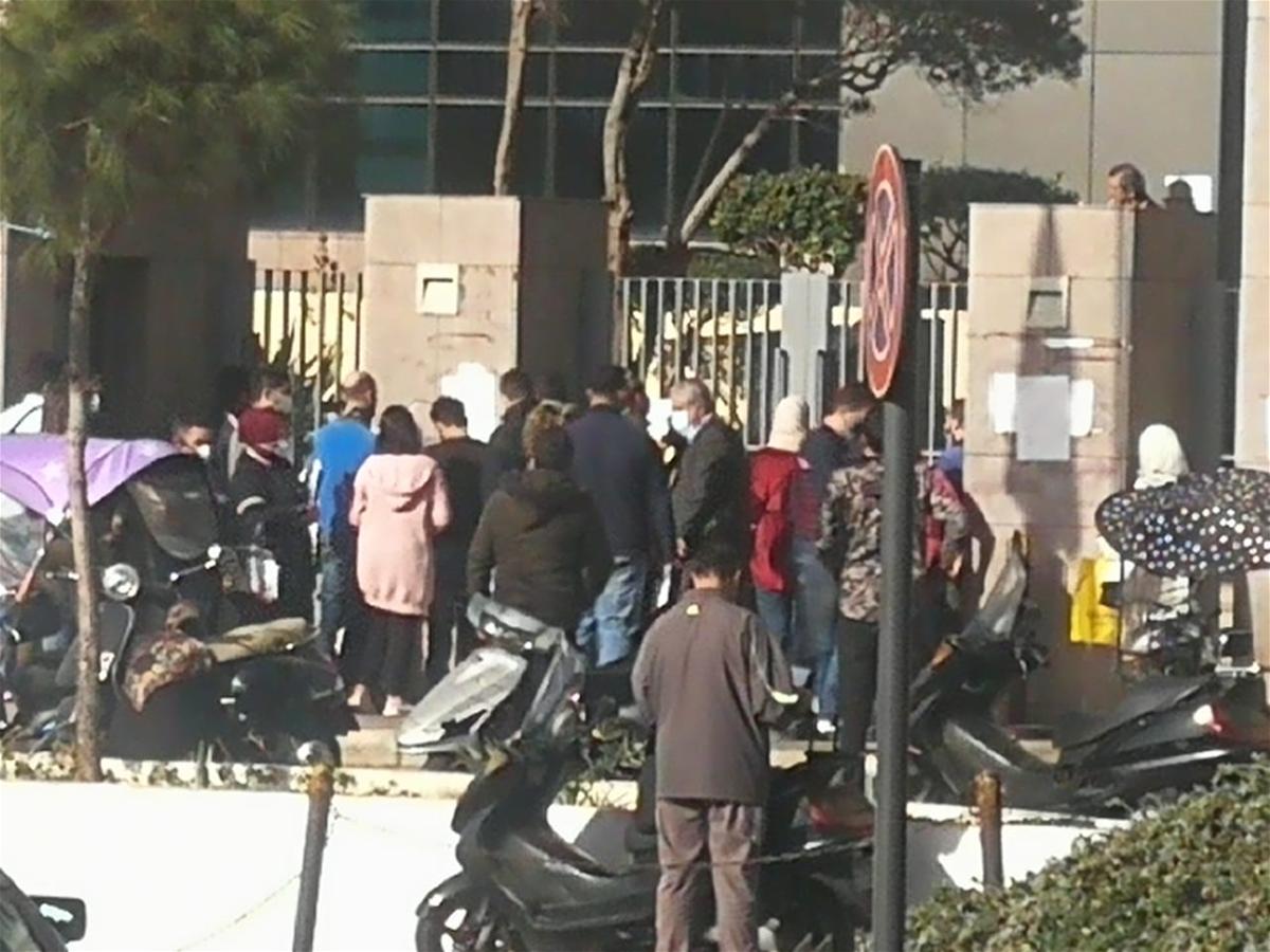 مواطنون عالقون أمام مدخل وزارة التربية.. ولا تباعد! (صور)