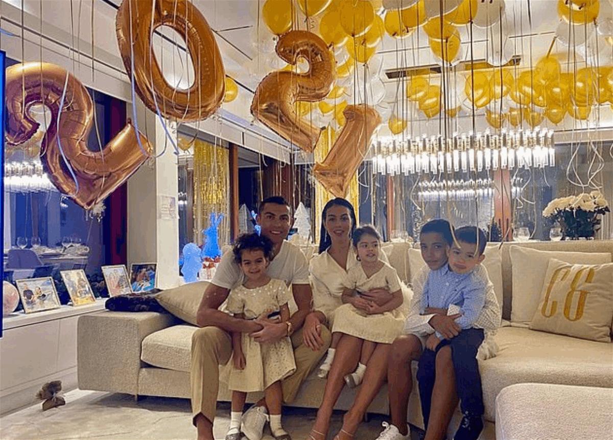 هكذا استقبل نجوم الرياضة العام الجديد.. رونالدو وسواريز مع العائلة! (صورة)