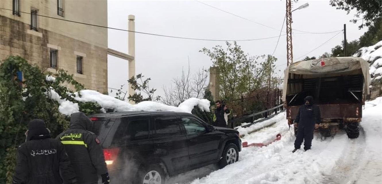 الثلوج تحتجز مواطنين والدفاع المدني يتدخل
