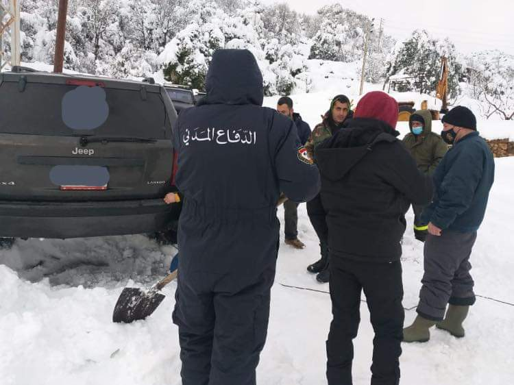 الدفاع المدني يسحب سيارة في فغري – دوما