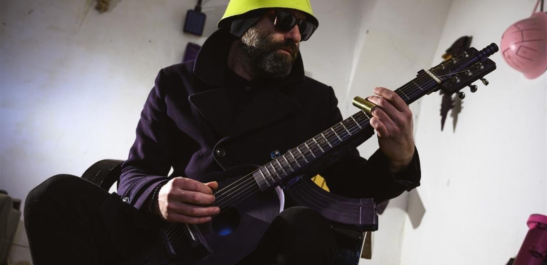 نحّات يحوّل أسلحة القتل إلى أدوات للفنّ والموسيقى! (فيديو)