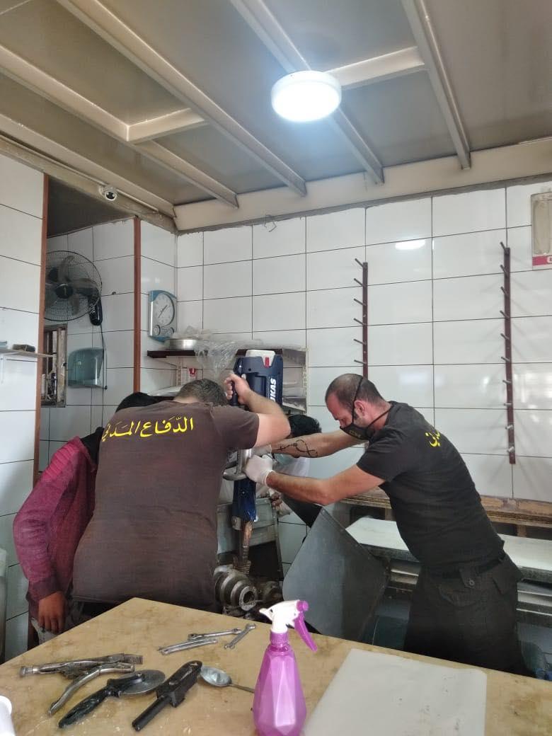 في جبيل.. إنقاذ عامل علقت يده داخل آلة عجين! (صورة)