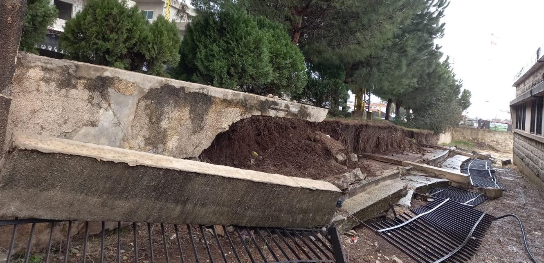 بسبب الأمطار.. انهيار حائط معهد البيرة الفني