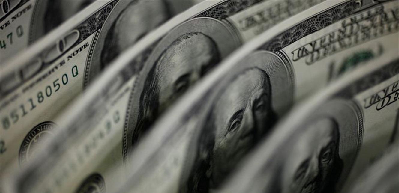 الدولار يتكبد خسائر.. والإسترليني يرتفع