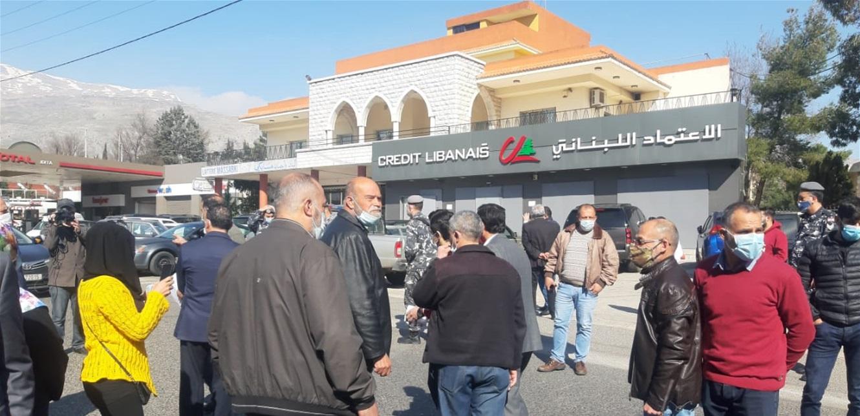 اعتصام لاهالي الطلاب في الخارج في شتورا وقطع الطريق الدولي ربع ساعة