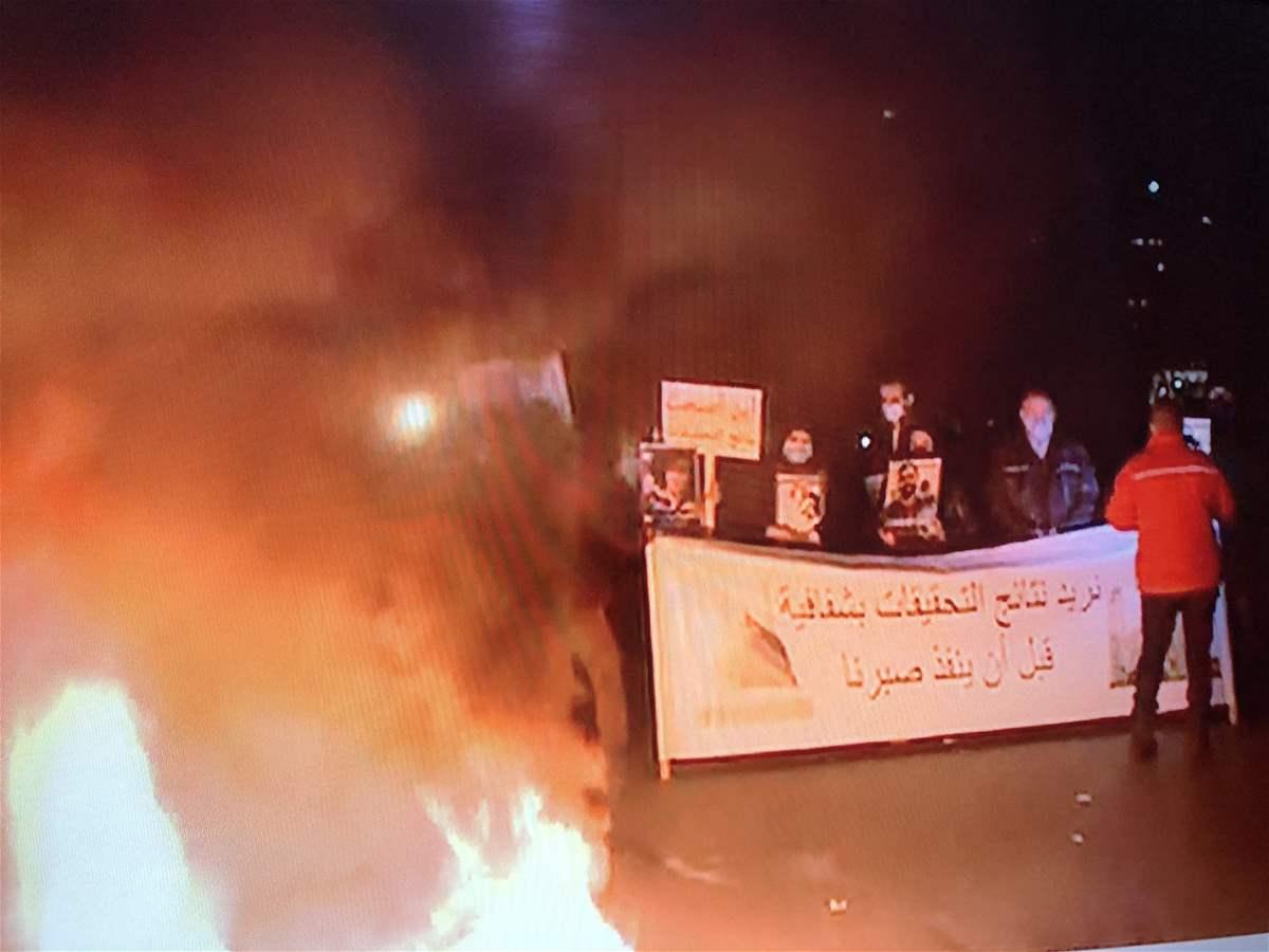 أهالي شهداء انفجار المرفأ يقطعون الطريق أمام قصر العدل في بيروت