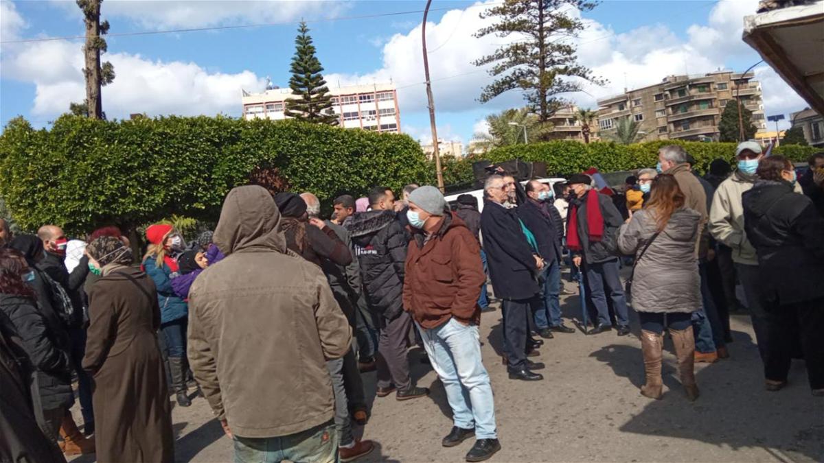 اعتصام امام مخفر التل بعد استدعاء الناشط الدكتور رامي الفنج