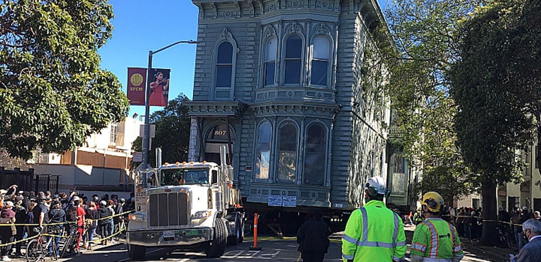 مشاهد مثيرة.. نقل منزل من شارع لآخر في سان فرانسيسكو! (فيديو)