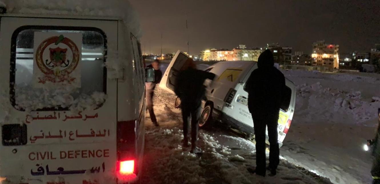 إنقاذ مواطنَين وسحب سيارتهما جراء انزلاقها في مجدل عنجر