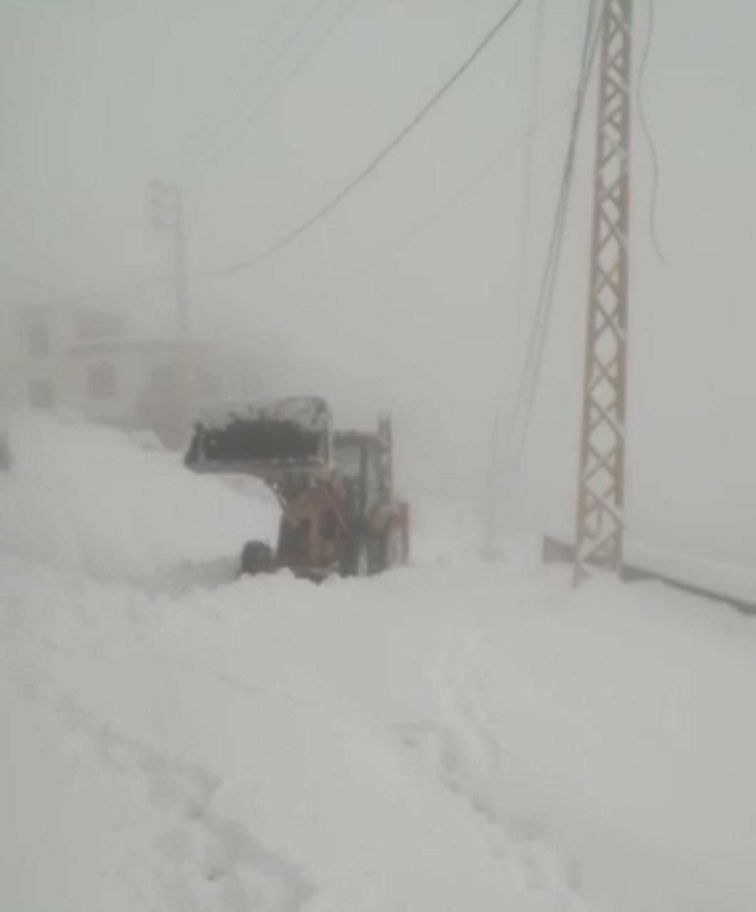 بعدما قُطعت بسبب الثلوج.. فتح طرقات شمالاً (صور)
