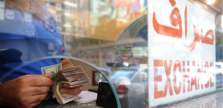 الصرافون يتهمون المصارف بسحب الدولار من السوق