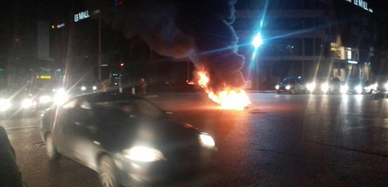 محتجون يقطعون الطريق عند تقاطع ايليا في صيدا رفضاً لتنحي صوان