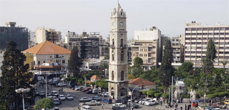 يتجول بشوارع طرابلس رافعاً ورقة: 'رحمتك يا رب عندي اولاد وايجار بيت'.. اليكم قصتّه (فيديو)