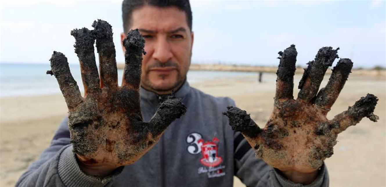 كارثة بيئية قد تمتد آثارها عقودا: بقع سوداء في البحر قبالة لبنان.. ماذا يجري؟