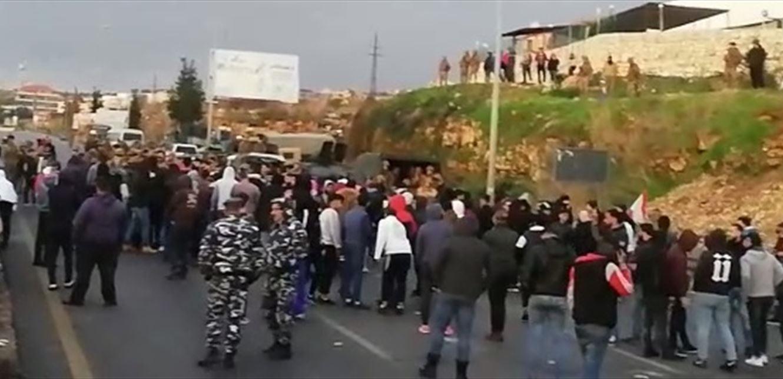 'ولعت' بين برجا والجيّة.. إشكال كبير بين عدد من المحتجين ومناصري 'حزب الله'