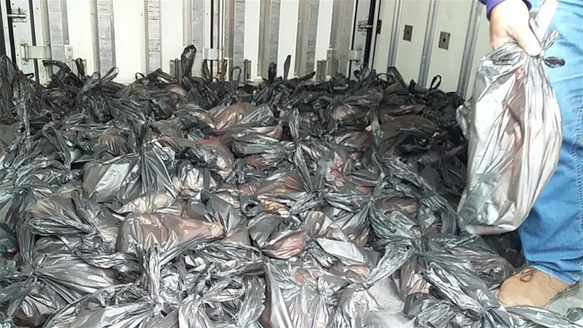 وحدات الجيش توزع اللحوم لمساندة العائلات المحتاجة في طرابلس