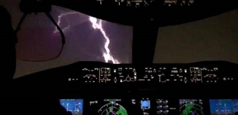 فيديو يوثق لحظة مرعبة.. صاعقة برق تضرب طائرة ركاب