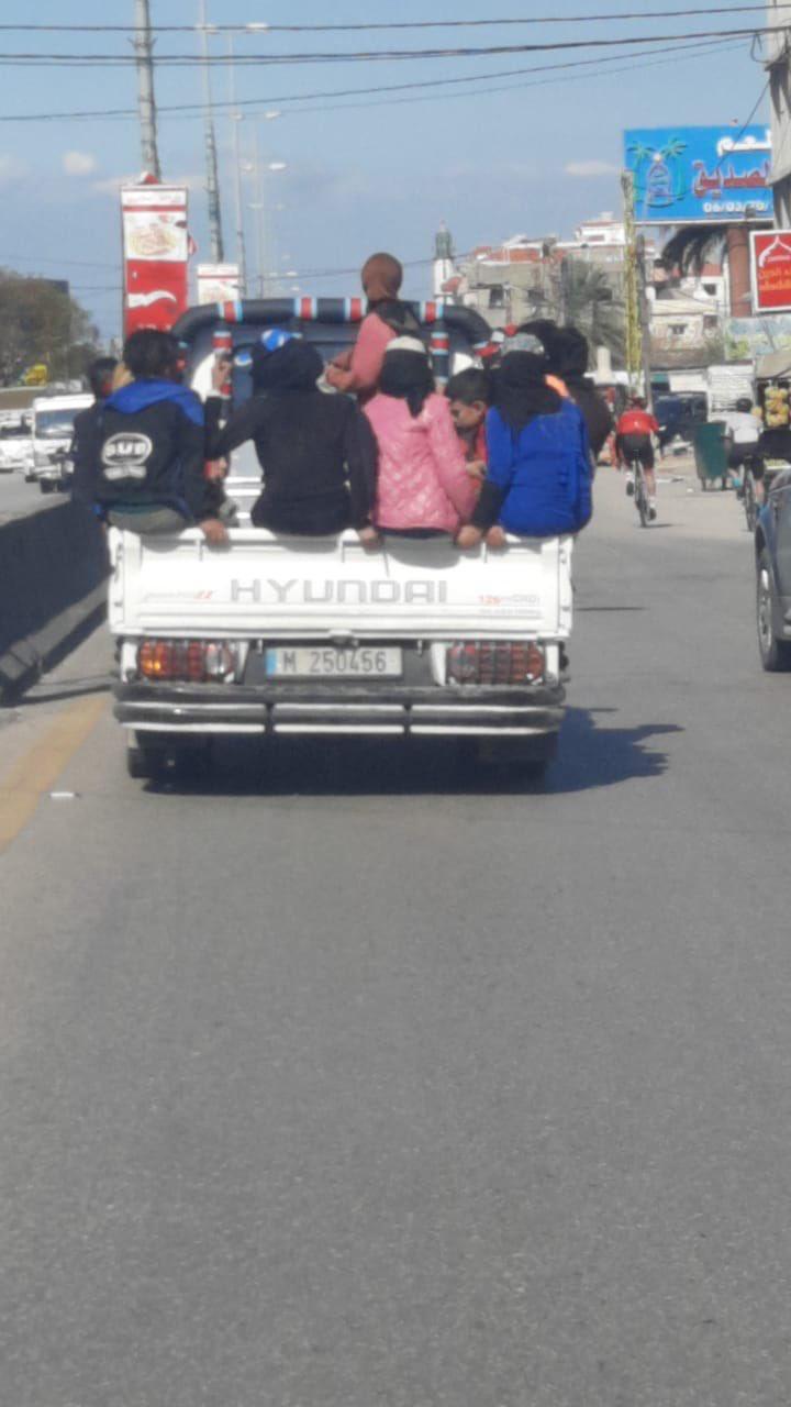 في العبدة… شاحنة تهدد سلامة الاطفال (صورة)