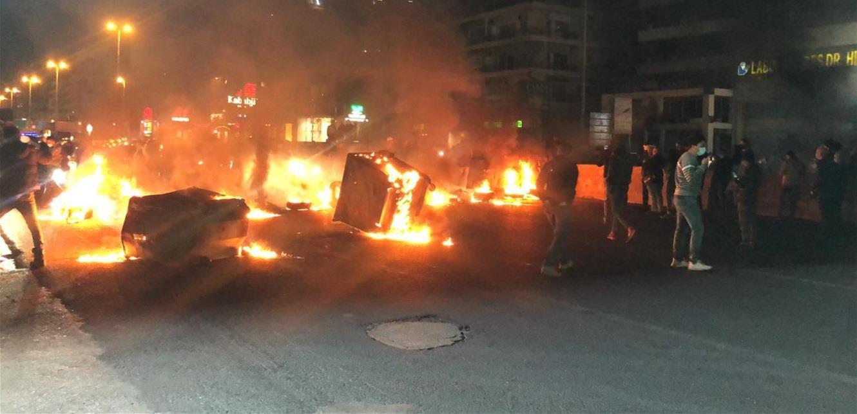 محتجون يقطعون أوتوستراد جل الديب احتجاجاً على تردي الأوضاع (صور)