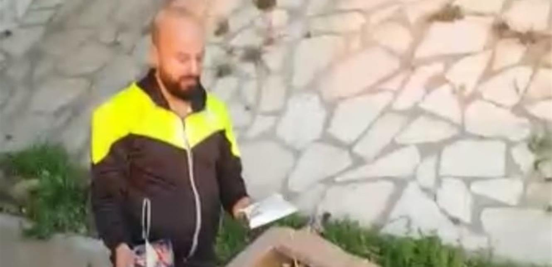 مواطن يعثر على مواد غذائية مرمية على جانب الأوتوستراد!