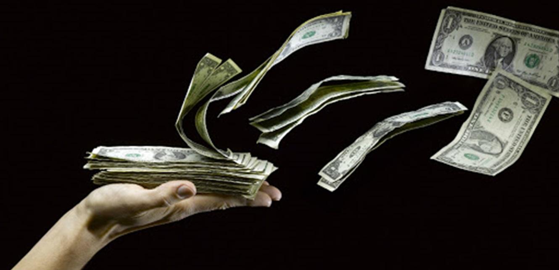 الدولار يحلّق عاليا