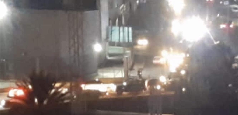 محتجون قطعوا الطريق الرئيسية في منطقة البحصاص بالاتجاهين