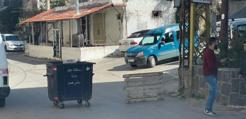 شبان يقطعون طريق مشتى حسن في عكار إحتجاجا على الوضع الإقتصادي