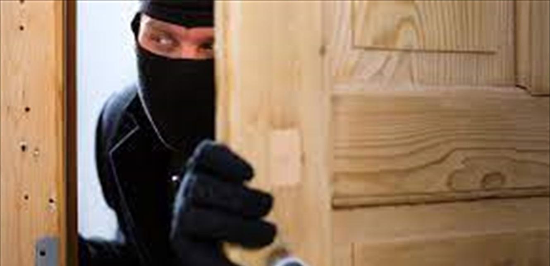 استغلّ غياب أصحاب المنزل الذي يعمل فيه وسرق مبلغ 25 ألف دولار