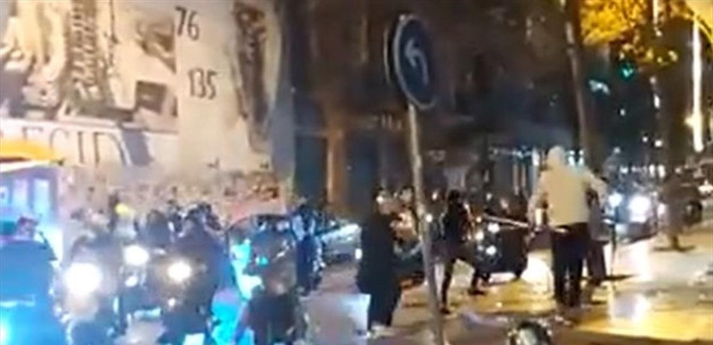 شبان على متن دراجات نارية يجوبون شوارع الحمرا ويقومون بتكسير واجهات المصارف (فيديو)