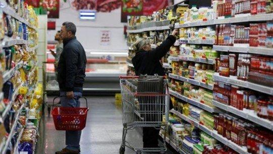 """ماركات جديدة تغزو محلاّت الـ""""سوبر ماركت"""" في لبنان توازياً مع استفحال الأزمة المعيشيّة."""