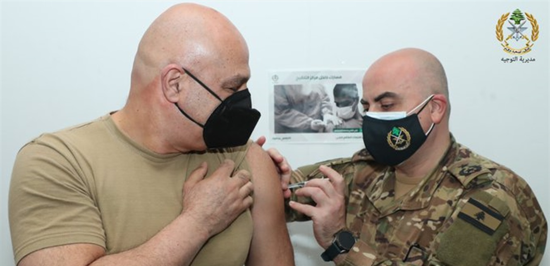 قائد الجيش يفتتح حملة التلقيح في المؤسسة العسكرية (صورة)