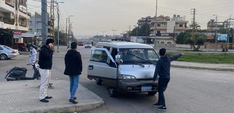 عملية سلب فجرا على طريق المحمرة.. سيارة تطارد 'فانا' وتسرق الركاب (صور)