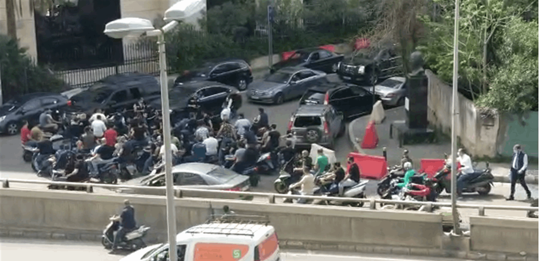 """مناصرون لـ""""المستقبل"""" أمام قصر عدل بيروت دعماً لعويدات.. والإجراءات الأمنية ستتكثّف"""