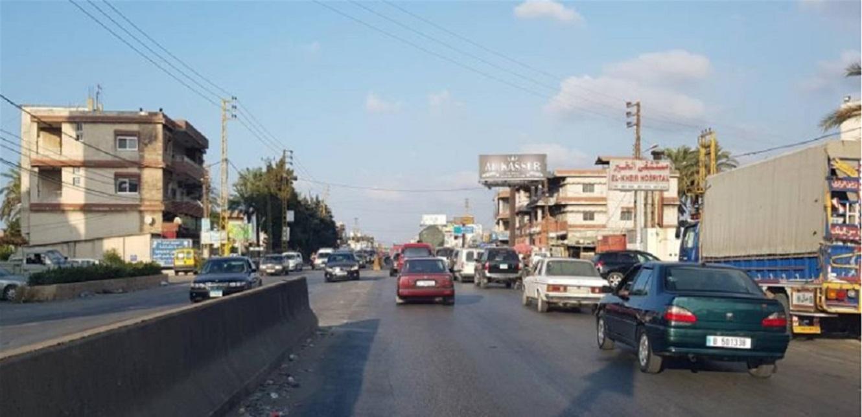في المنية… محتجون يمنعون الشاحنات المحملة بالاسمنت من المرور (صورة)