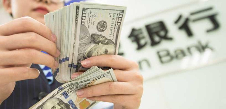 الدولار يظهر تحسنا وأسعار النفط تتدنى.. اليكم التفاصيل