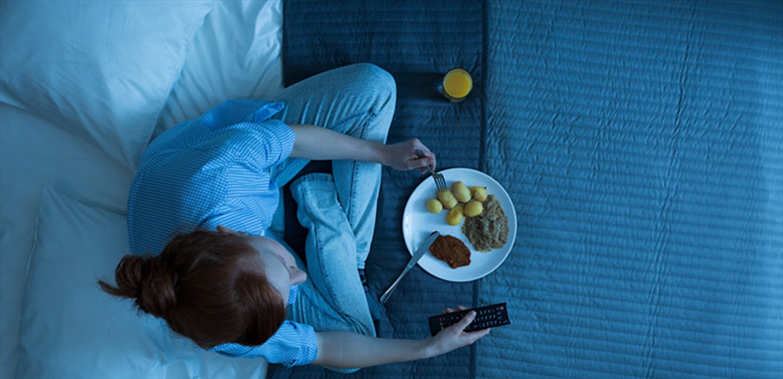 عدم تناول الطعام في المساء… فكرة جيدة أم سيئة؟