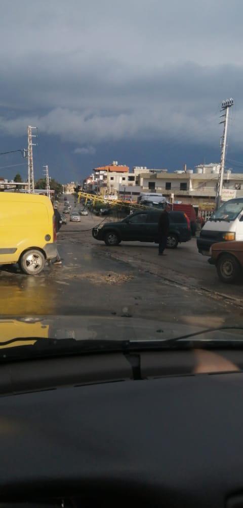 السائق فقد السيطرة.. فاصطدمت شاحنته بعمود كهرباء في الضنية (صور)